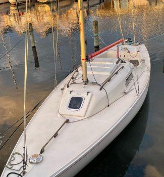 På Kurs mod nye eventyr i en H-båd ? Billig mulighed her. – Med helt friskt ombetrukne hynder i Marineblå :)